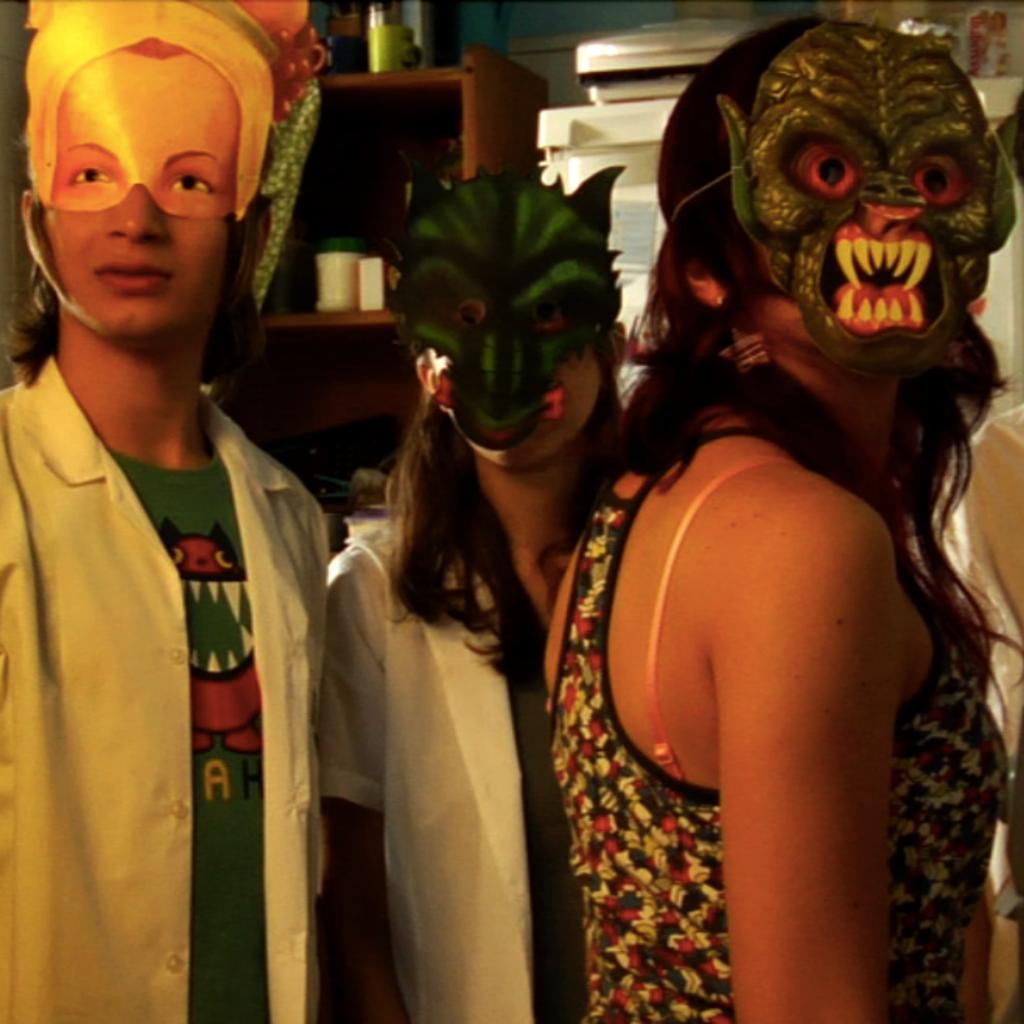 Duas Mariola: mascarados, desajeitados, sem salvação
